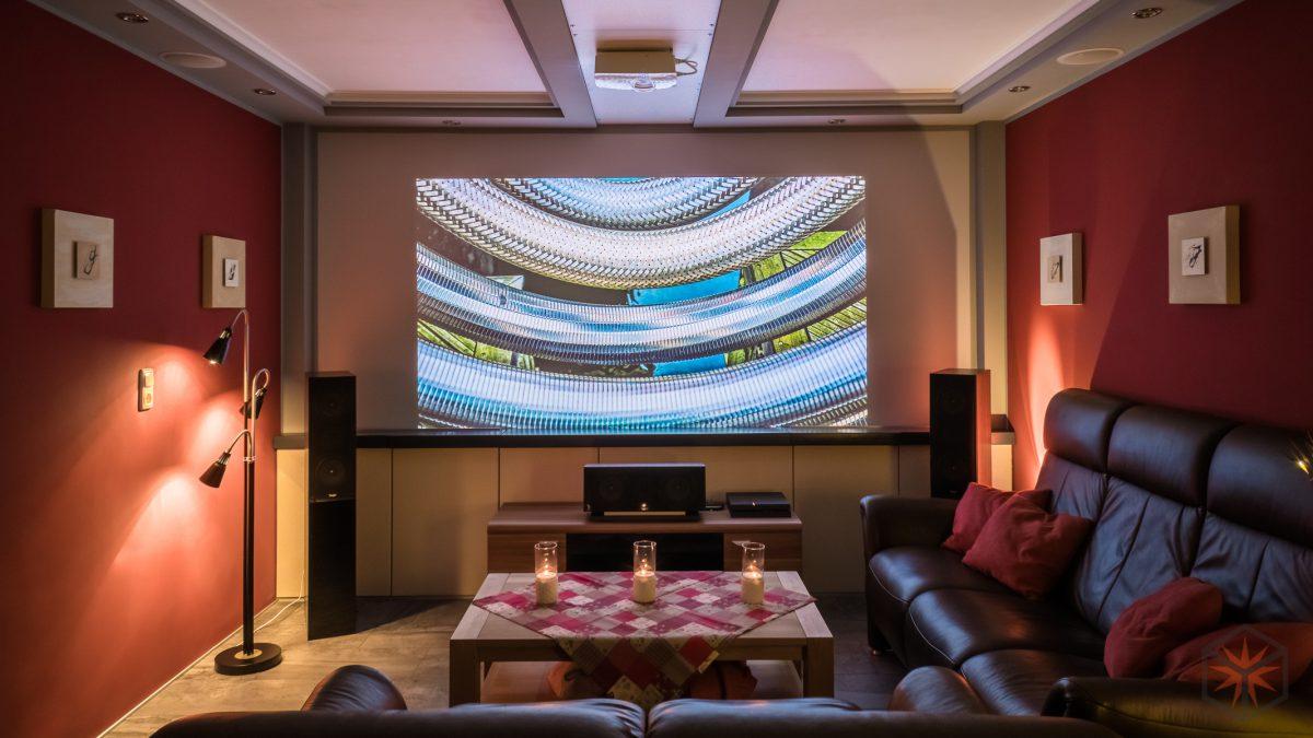 Wohnzimmer Heimkino mit Beamer und Atmos Setup