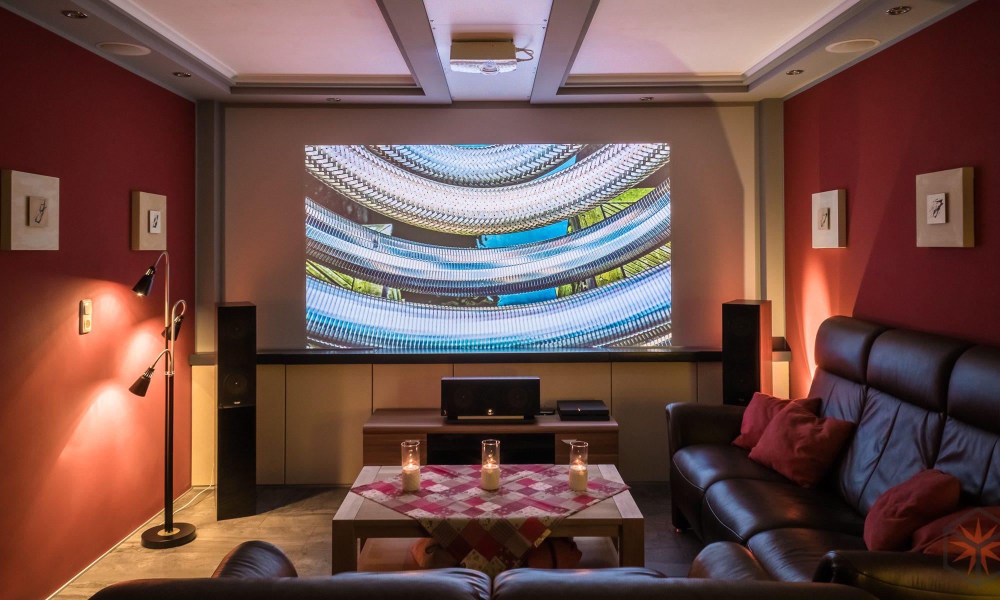 wohnzimmer heimkino mit beamer tv lift und dolby atmos setup in ausbaustufe 2 pyrodice. Black Bedroom Furniture Sets. Home Design Ideas