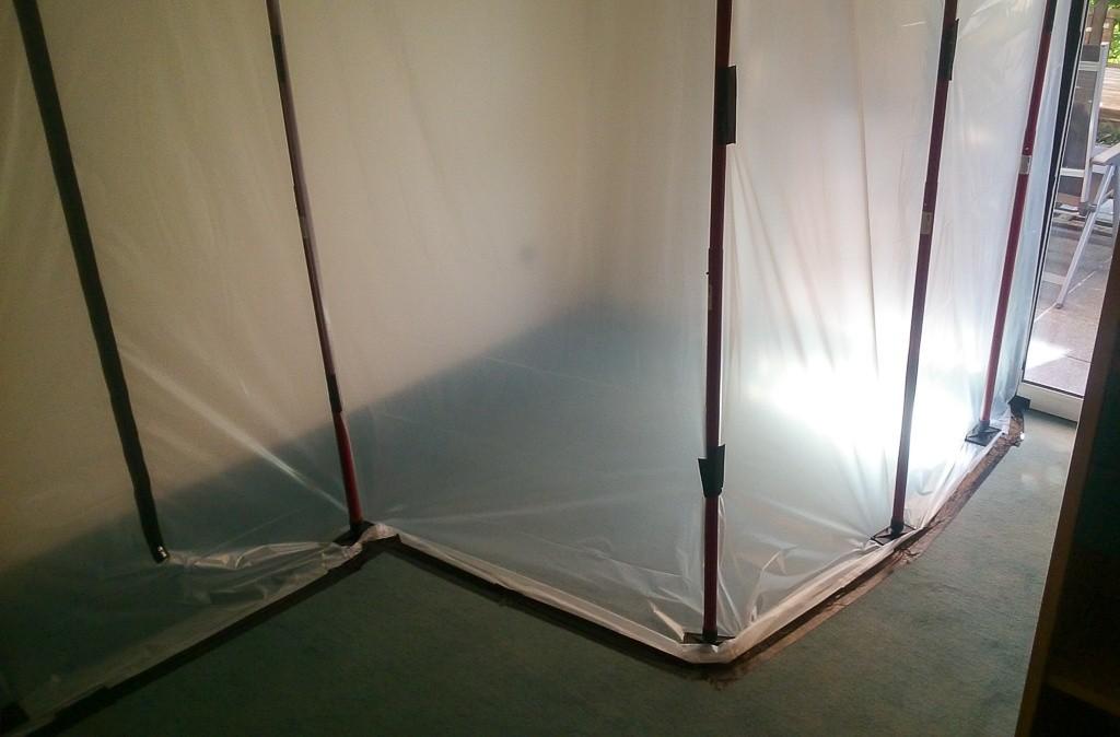 Staubschutzwand im Wohnzimmer mit Ausgang zur Terrasse
